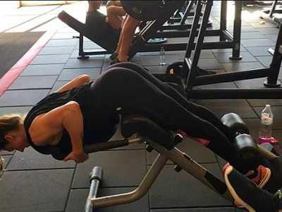 45度俯卧背屈伸强化身体后链 穿三角内裤做俯背运动